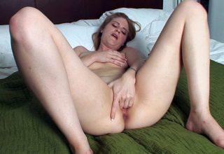 Drilling her slit on the bed